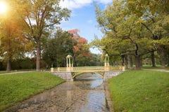 Most nad kanałem przerastającym z duckweed Catherine 24 km imperiału park szlachetności Petersburgu centrum pobyt rodzinny poprze Fotografia Royalty Free