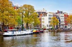 Most nad kanałem w Amsterdam holandiach mieści rzecznego Amstel Zdjęcia Stock