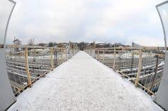 Most nad kolejowymi śladami blisko Południowej staci kolejowej Miasto Kharkiv Fisheye fotografia z artystycznym wykoślawieniem Zdjęcie Stock