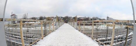 Most nad kolejowymi śladami blisko Południowej staci kolejowej Miasto Kharkiv Fisheye fotografia z artystycznym wykoślawieniem Fotografia Stock