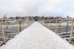 Most nad kolejowymi śladami blisko Południowej staci kolejowej Miasto Kharkiv Fisheye fotografia z artystycznym wykoślawieniem Zdjęcia Stock