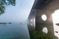 Most nad mgłową rzeką Fotografia Royalty Free