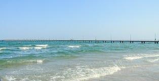 Most nad morzem, nadbrzeżem i nadmorski z błękitne wody Czarnymi, Zdjęcia Royalty Free