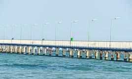Most nad morzem, nadbrzeżem i nadmorski z błękitne wody Czarnymi, Obrazy Stock