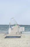 Most nad morzem, nadbrzeżem i nadmorski z Czarnymi, błękitne wody i złoto piaskiem Zdjęcie Royalty Free