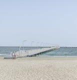 Most nad morzem, nadbrzeżem i nadmorski z Czarnymi, błękitne wody i złoto piaskiem Fotografia Royalty Free