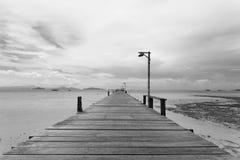 Most nad morzem podczas odpływu przypływu w czarny i biały Zdjęcia Royalty Free