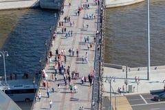 Most nad Moskwa rzeką z odprowadzeń ludźmi zdjęcie stock