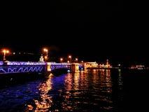 Most nad Neva na spokojnej nocy z swój iluminacją dalej obrazy stock