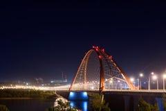 Most nad rzeczną Ob nocą obraz stock