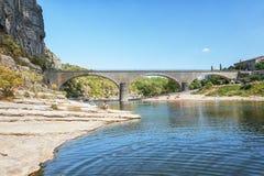 Most nad Rzecznym Ardeche blisko starej wioski Balazuc ja obrazy royalty free