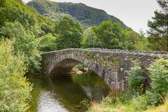 Most nad rzecznym Derwent przy folwarczkiem, Borrowdale, blisko Keswick, U obrazy royalty free