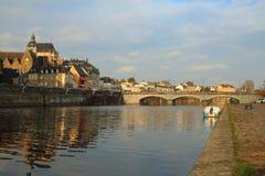 Most nad Rzecznym Mayenne zdjęcia stock