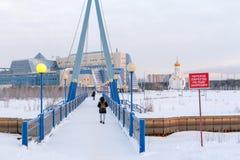 Most nad rzecznym Saima Ucznie iść uniwersytet SURGU; na mroźnym zima ranku zdjęcie royalty free