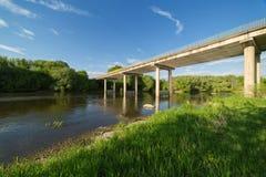Most nad rzeką, letni dzień Obraz Royalty Free