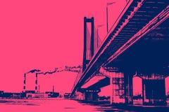 Most nad rzeką na tle przemysłowe dymienie drymby cityscape zdjęcia stock