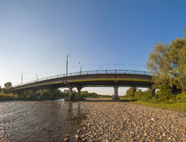 Most nad rzeką w Ivano-Frankivsk mieście, Ukraina Obrazy Royalty Free