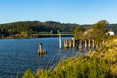 Most nad rzeką w pogodnym popołudniu Zdjęcie Royalty Free