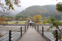 Most nad rzeką w Shirakawa iść wioska Zdjęcia Stock