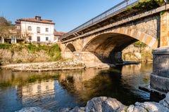 Most nad Sella rzeką w Cangas De Onis fotografia stock