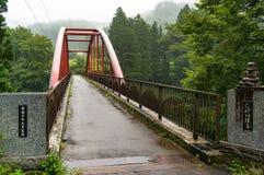 Most nad Shima jeziorem z talerzami wskazuje końcówkę mosta comp Zdjęcie Royalty Free