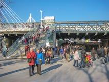 Most nad Thames rzeką z kółkowymi ludźmi, zdjęcia stock