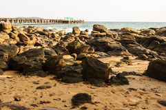 Most pełno morze i plaża skała w wieczór Zdjęcia Royalty Free
