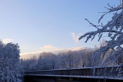 Most pod śniegiem widok na chmurach Zdjęcie Royalty Free