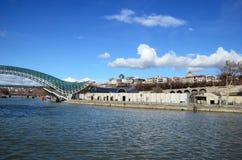 Most pokój - futurystyczny zwyczajny most nad Kura rzeką tbilisi Obraz Stock