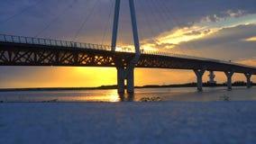 Most przeciw pięknemu zmierzchu nieba use dla naturalnego tła, tła i wielocelowej dennej sceny, zdjęcie wideo