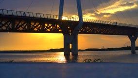 Most przeciw pięknemu zmierzchu nieba use dla naturalnego tła, tła i wielocelowej dennej sceny, zbiory wideo
