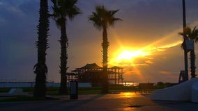 Most przeciw pięknemu zmierzchu niebu z drzewka palmowego use dla naturalnego tła, tła i wielocelowej dennej sceny, zdjęcie wideo
