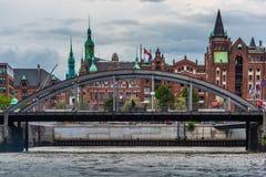 Most przed Magazynowym speicherstadt Hamburg zdjęcie royalty free