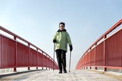 most przekracza kobiety obraz stock