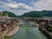 Most przez rzekę w pięknym antycznym miasteczku w Chiny, Fenghuang - Obraz Royalty Free