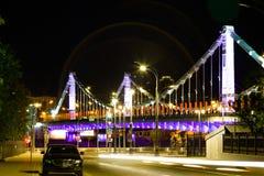 Most przy nocą jest stalowym zawieszenia mostem w Moskwa, Rosja obraz royalty free