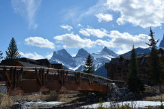 Most & szalety w górskiej wiosce zdjęcia royalty free