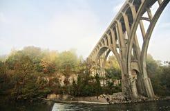Most w Cuyahoga Dolinnym parku narodowym przy półmrokiem BRECKSVILLE - OHIO - jesień - obrazy stock