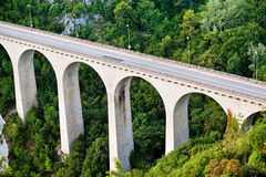 Most w Eze Sura Mer Cote De Lazur Jaskrawy dzień w Europa zdjęcie royalty free
