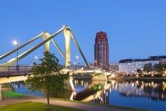 Most w Frankfurt magistrali przy nocą Zdjęcie Stock
