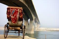 Most w mgle z cyklu riksza Zdjęcia Stock