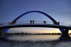 Most w Perth przy wieczór Zdjęcia Stock