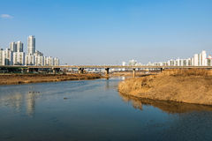 Most w Seul z rzeką zdjęcie stock