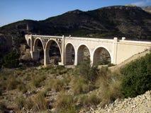 Most w trasie dla trekking dzwonił zielonego sposób Alcoy w Alicante, Hiszpania obraz royalty free