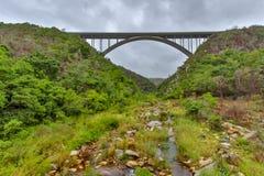 Most z rzecznym spływaniem below Obrazy Stock