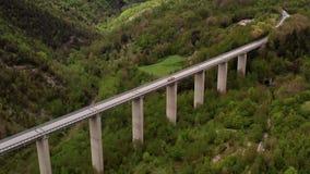 Most z samochodami nad zieloną górkowatą doliną zbiory