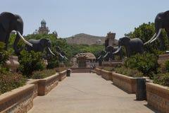 Most z statuami słonie, w słońca mieście, Południowa Afryka Zdjęcia Royalty Free