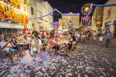 MOSTA, ΜΆΛΤΑ - 15 ΑΥΓΟΎΣΤΟΥ 2016: Το φεστιβάλ Mosta τη νύχτα με τους γιορτάζοντας της Μάλτα ανθρώπους Στοκ Φωτογραφίες