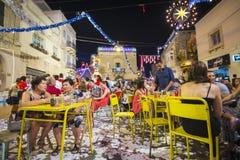 MOSTA, ΜΆΛΤΑ - 15 ΑΥΓΟΎΣΤΟΥ 2016: Το φεστιβάλ Mosta τη νύχτα με τους γιορτάζοντας της Μάλτα ανθρώπους Στοκ Εικόνα