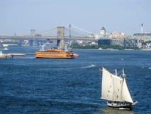 Mosta Brooklyńskiego tło z Staten Island cążki i promem Zdjęcia Royalty Free